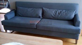 Καναπές τριθέσιος με μαξιλάρια και ψηλά πόδια
